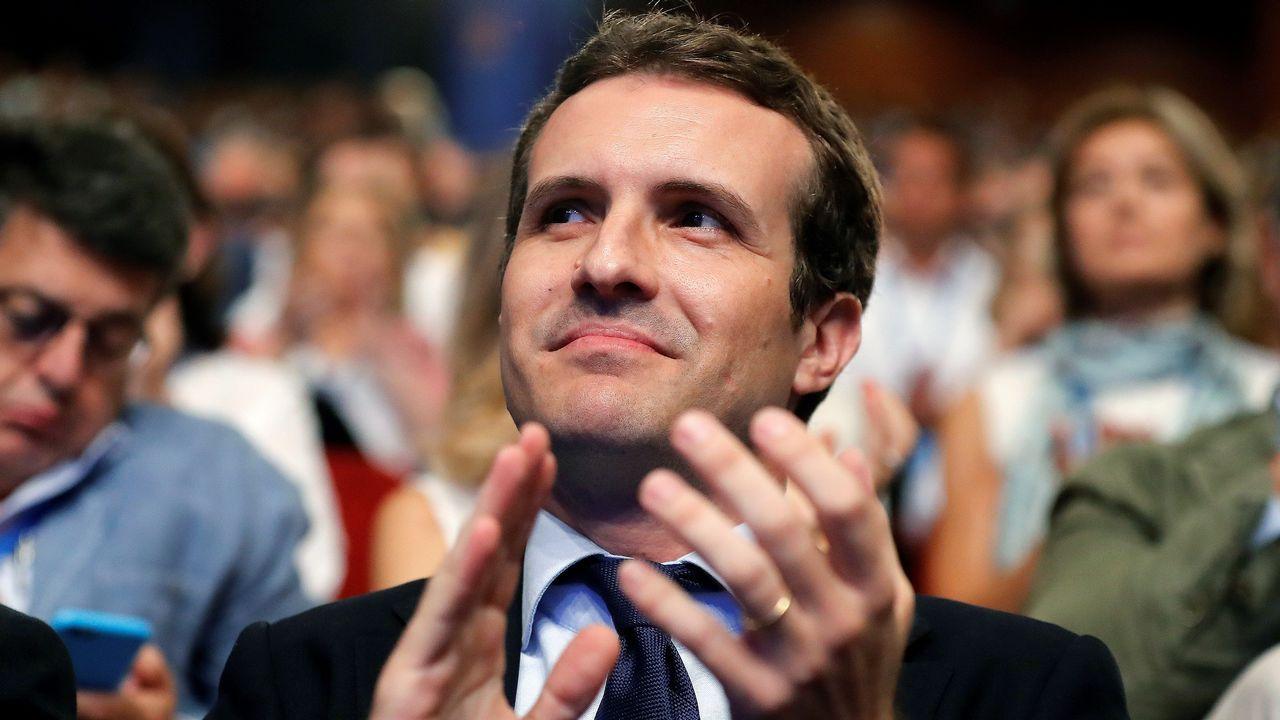 .Pablo Casado aplaude durante la intervención de Santamaría.
