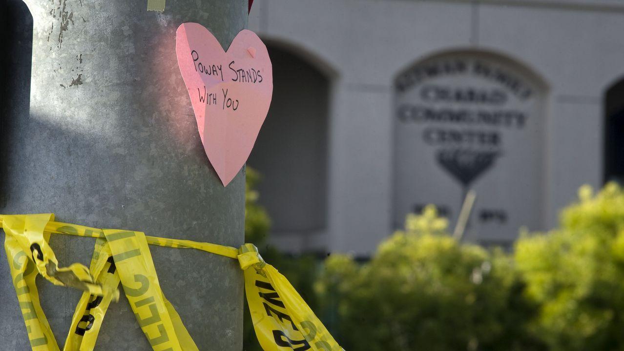 Un corazón de papel con un mensaje de apoyo junto a la sinagoga de Jabad, en Ponway