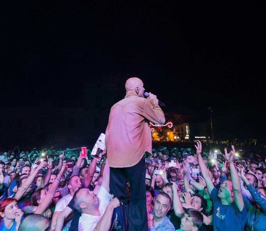 James se mostró muy cercano a sus fans en el concierto.