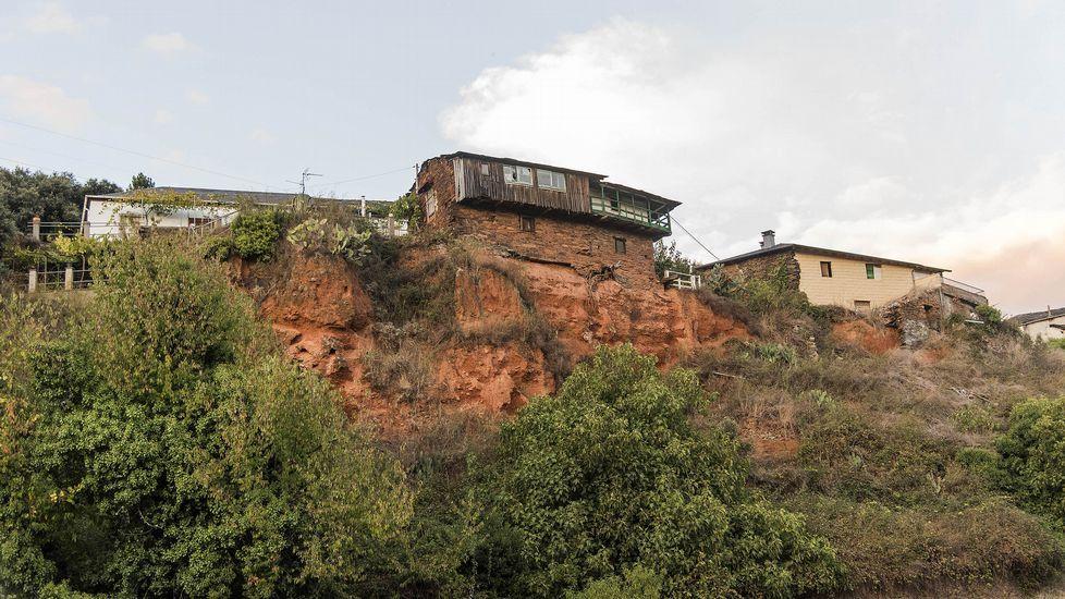 Casas colgando en el frente superior de la antigua explotación minera
