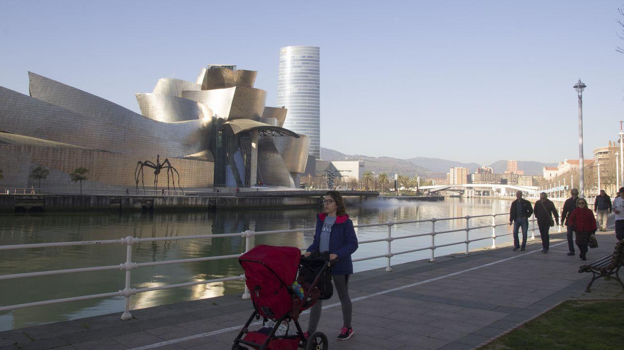 Bilbao, la vieja ciudad industrial del norte que se salvó gracias a la cultura.Un barco en una imagen de archivo carga madera de eucalipto en el puerto de Burela