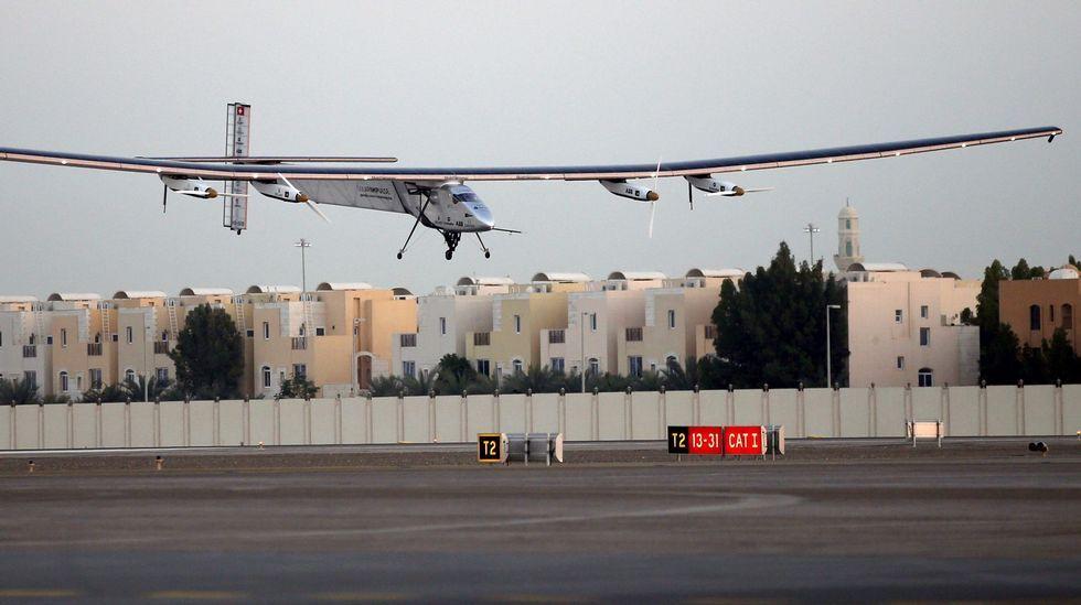 O Solar Impulse despega de Abu Zabi