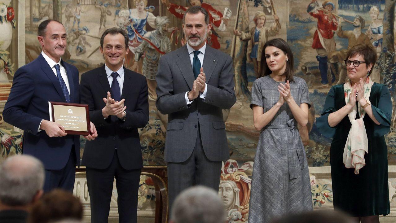 Luis Liz Marzán, a la izquierda, recibe el premio ante el ministro de Ciencia y los reyes de España.El rector de la Universidad de Oviedo, Santiago García Granda; el consejero de Sanidad, Francisco del Busto; y la presidenta del CSIC, Rosa Menéndez.