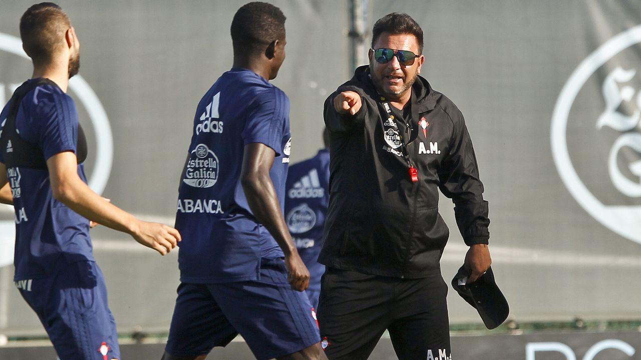 Juan Muñoz celebra uno de sus goles al Cádiz