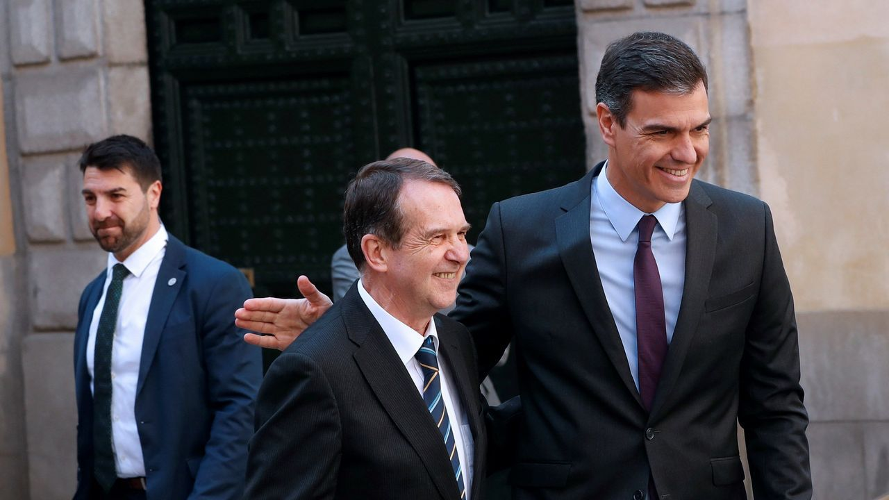 La mujer de Sánchez y las ministras socialistas el 8M: «¿Dónde están, no se ven, las banderas del PP?».Abel Caballero y Pedro Sánchez, en Madrid