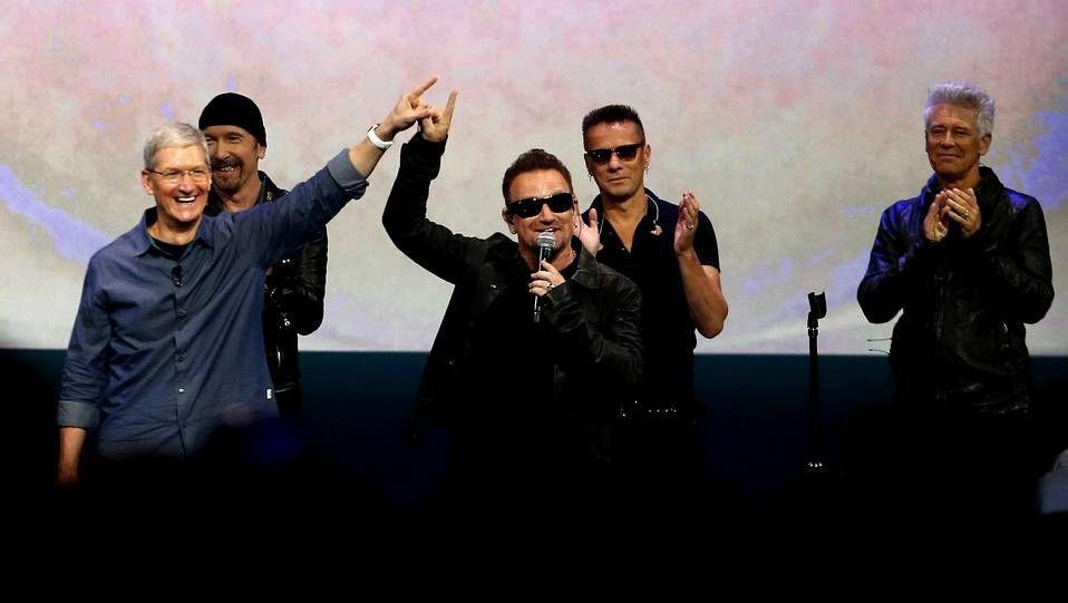 U2 con Tim Cook durante la presentación del disco