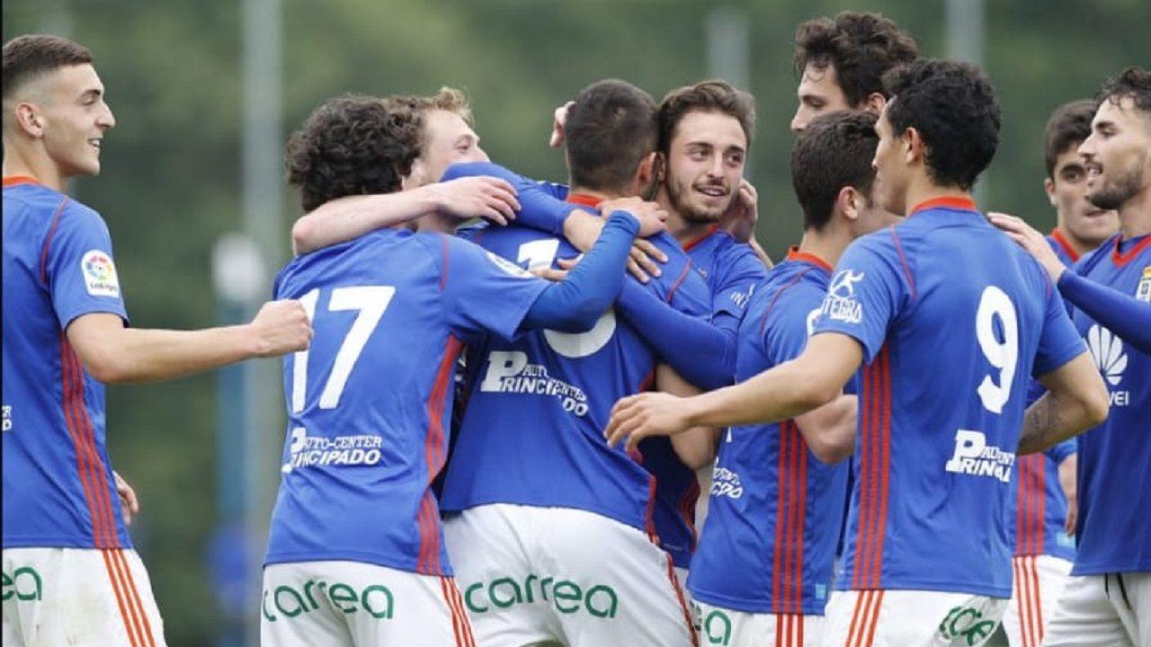 Los jugadores del Vetusta celebran un gol en el playoff
