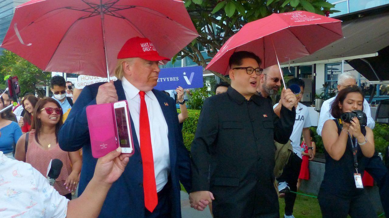 Unos dobles del presidente estadounidense, Donald Trump y del líder norcoreano, Kim Jong Un, pasean de la mano por las calles de Singapur