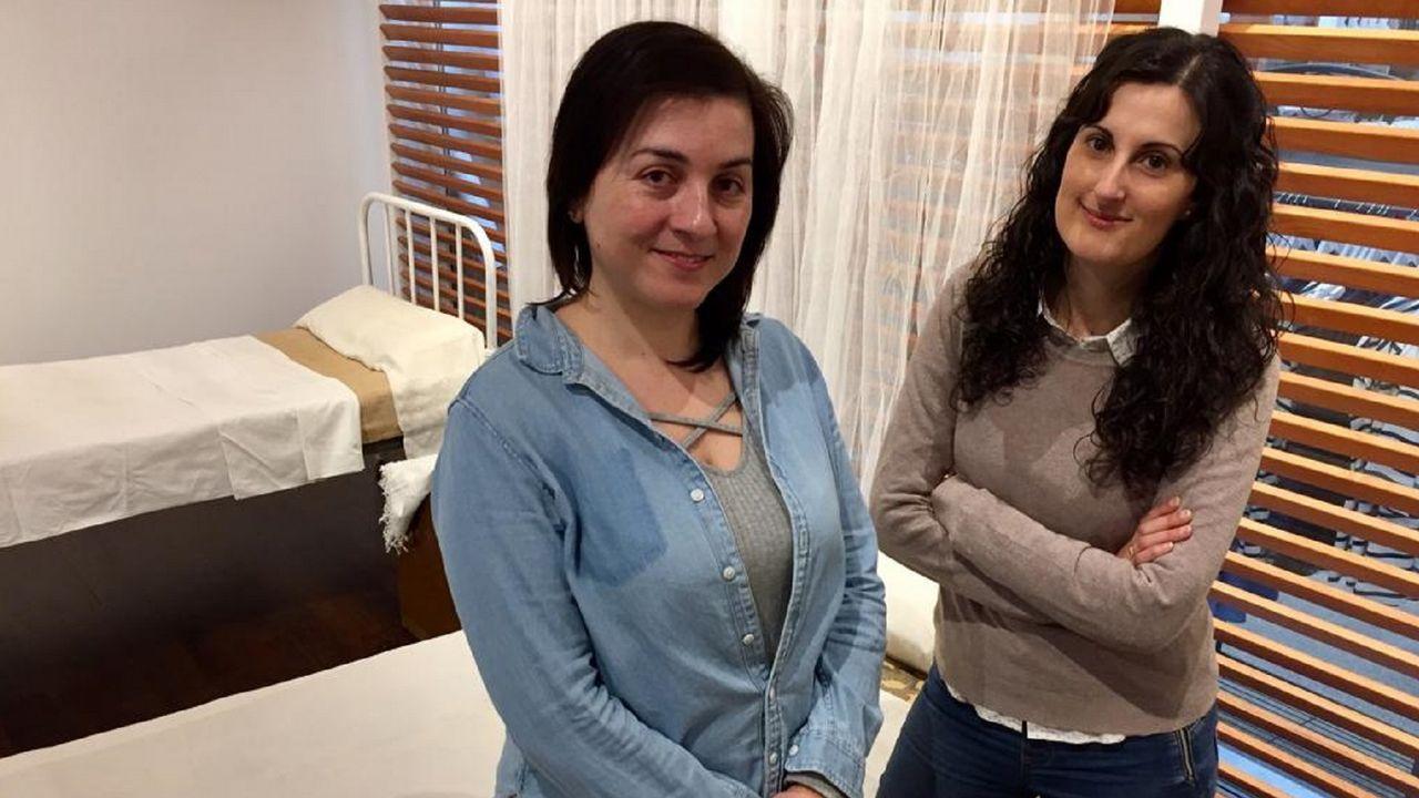 Laura Sueiras y Lucía Brage, del colectivo Mousai, retratadas en un rincón de la exposición