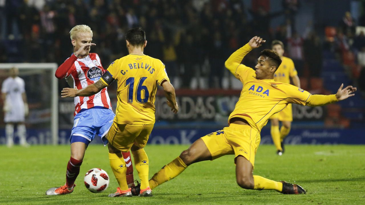 Afición del Oviedo en el Carlos Tartiere