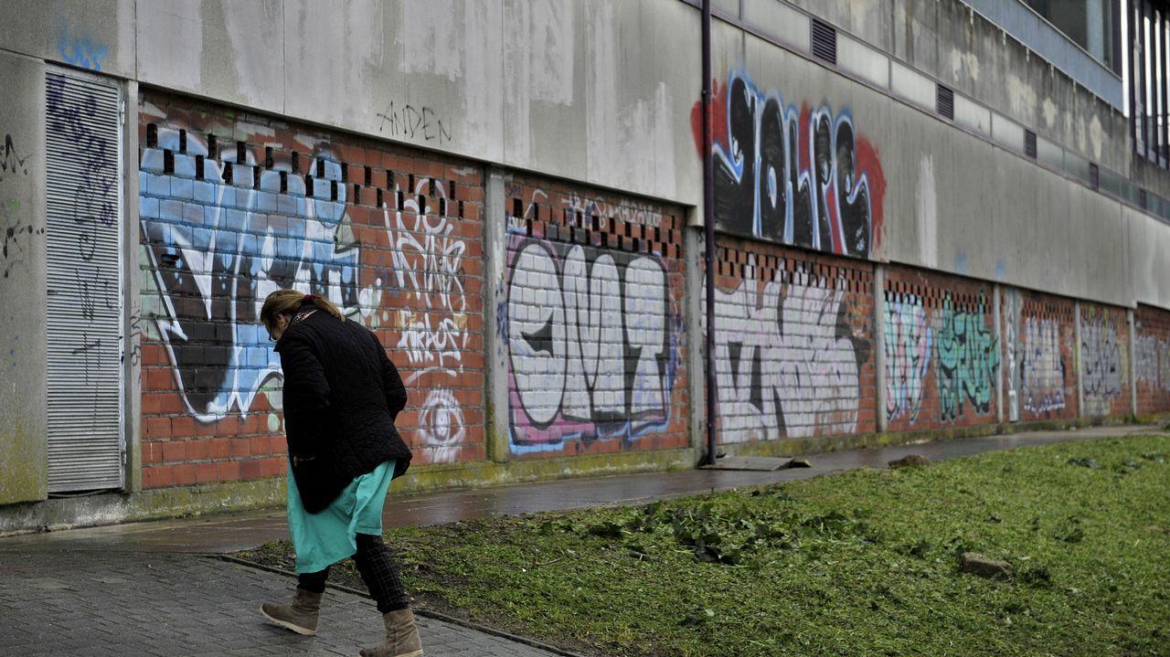 Pintadas y destrozos en el paseo marítimo de Santa Cristina.