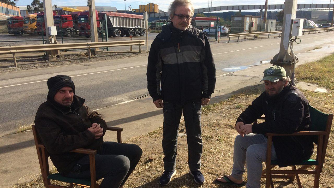 Alto seguimiento de la huelga en la prisión de A Lama.Víctor Calota, Carlos Acevedo y David Román enfrente de la fábrica de Azsa