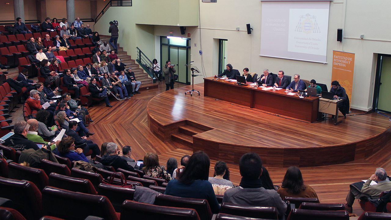 Reunión del Claustro de la Universidad de Oviedo, presidio por Santiago García Granda