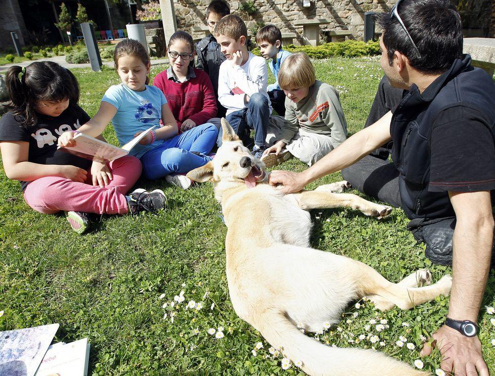 Clau y Mino compartieron la sesión de lectura con los niños en Cambados.