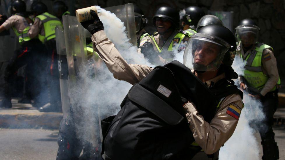 Cientos de manifestantes anti Maduro se enfrentan con la policía en Caracas.Ternera asturiana