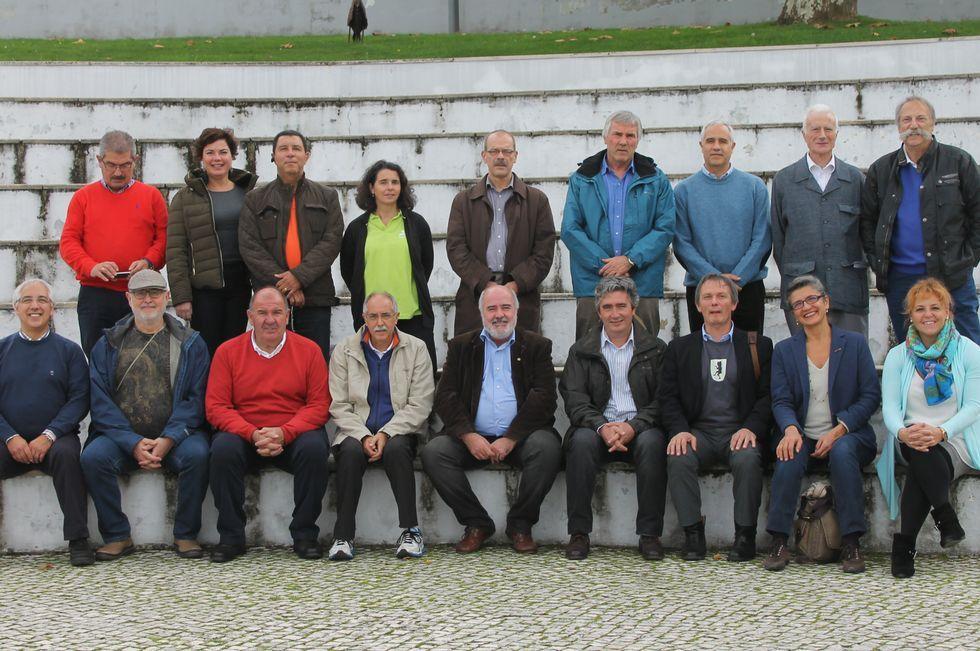 <span lang= es-es >Los participantes</span>. Ricardo Pérez y Verdes -primero por la derecha en la fila superior-, con el resto de los ponentes del primer Coloquio Internacional de Juegos y Deportes Tradicionales.