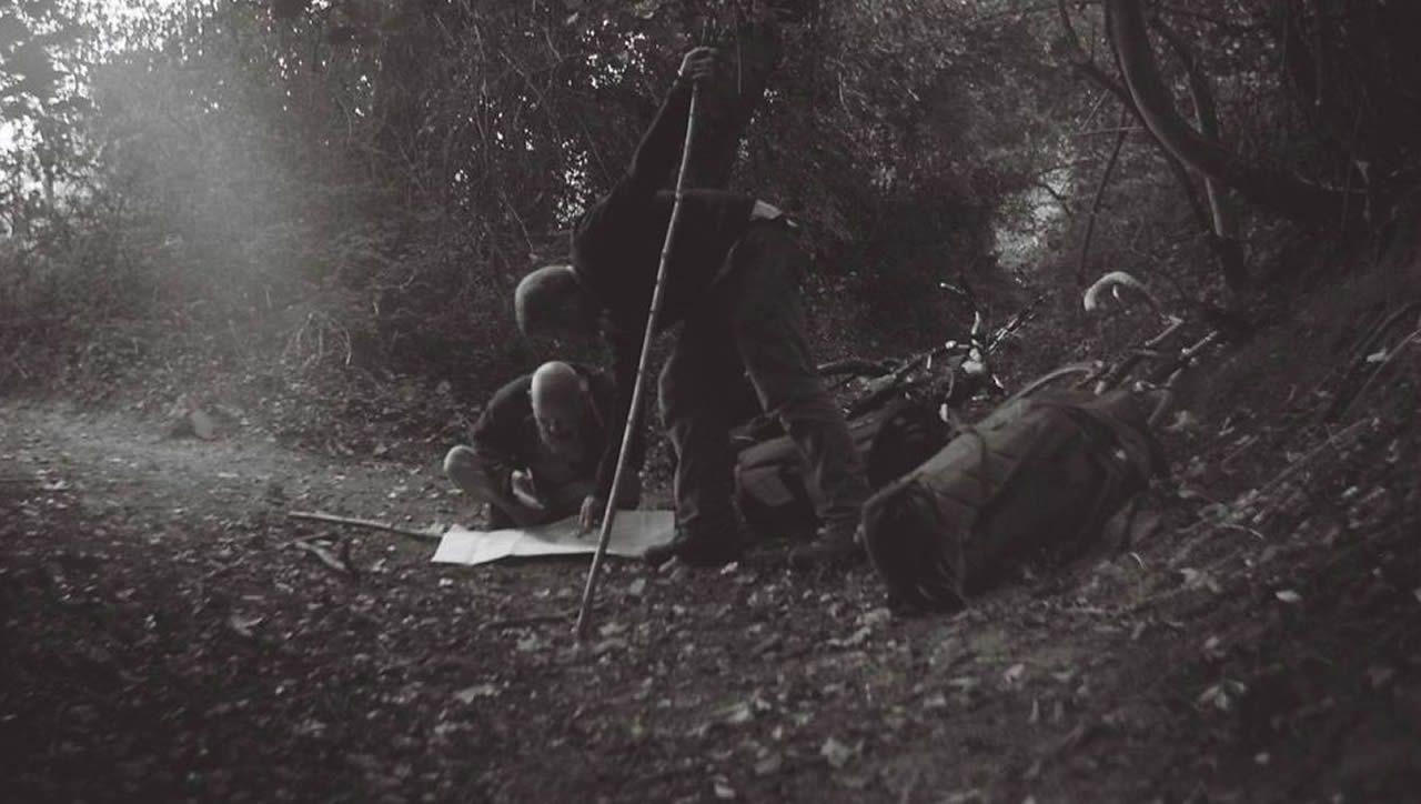 Macfarlane con Donwood, nunha corredoira de Dorset