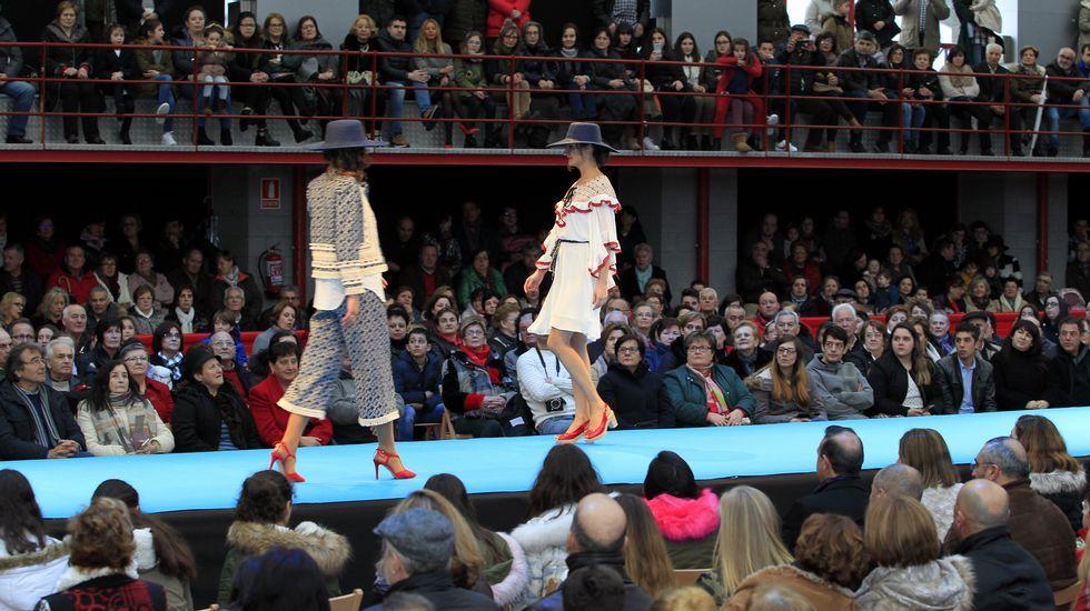 El desfile de Catycris en Xove abarrota el pabellón.