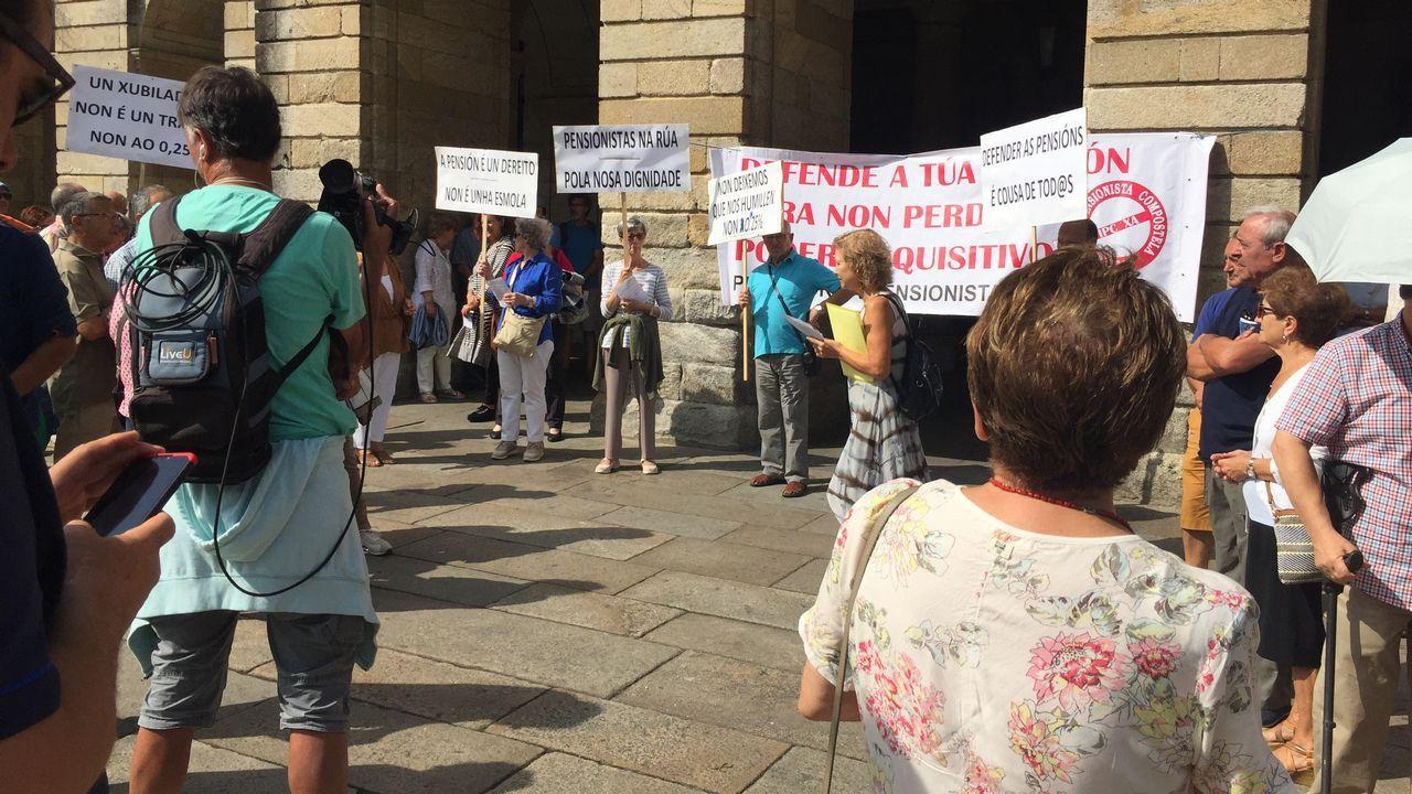 Concentración de la Plataforma de Pensionistas Compostela en el Obradoiro: cantan el Piripimpim adaptado.