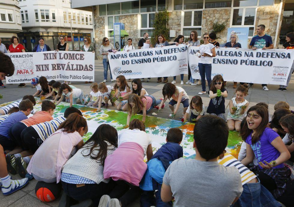 Las ANPA se concentraron en Carballo el pasado 4 de mayo.