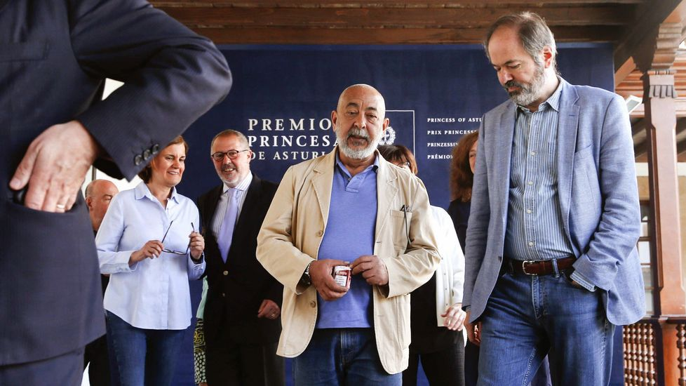 Ni tiempo seco ni calor a la vista.Padura, en el centro, junto a Juan Villoro y otros miembros del jurado del Premio Princesa de las Letras 2018