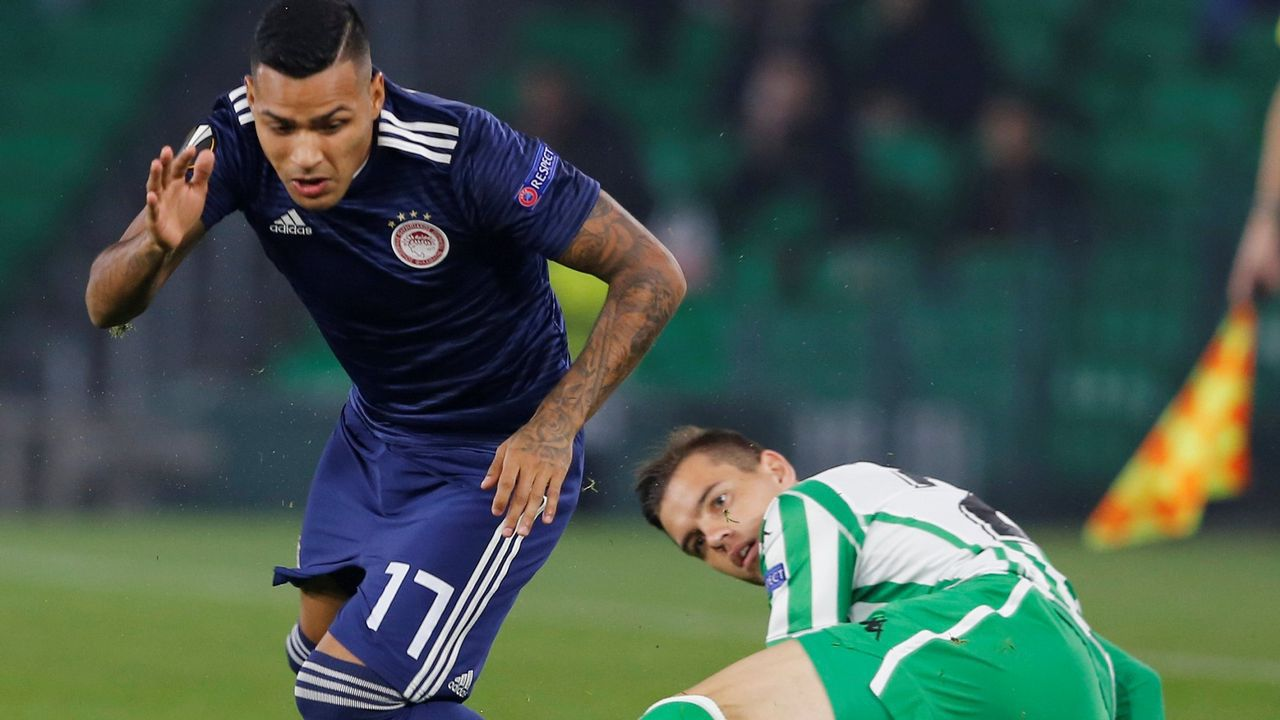 Nahuel, en un partido de la Liga Europa con el Olimpiakós contra el Betis