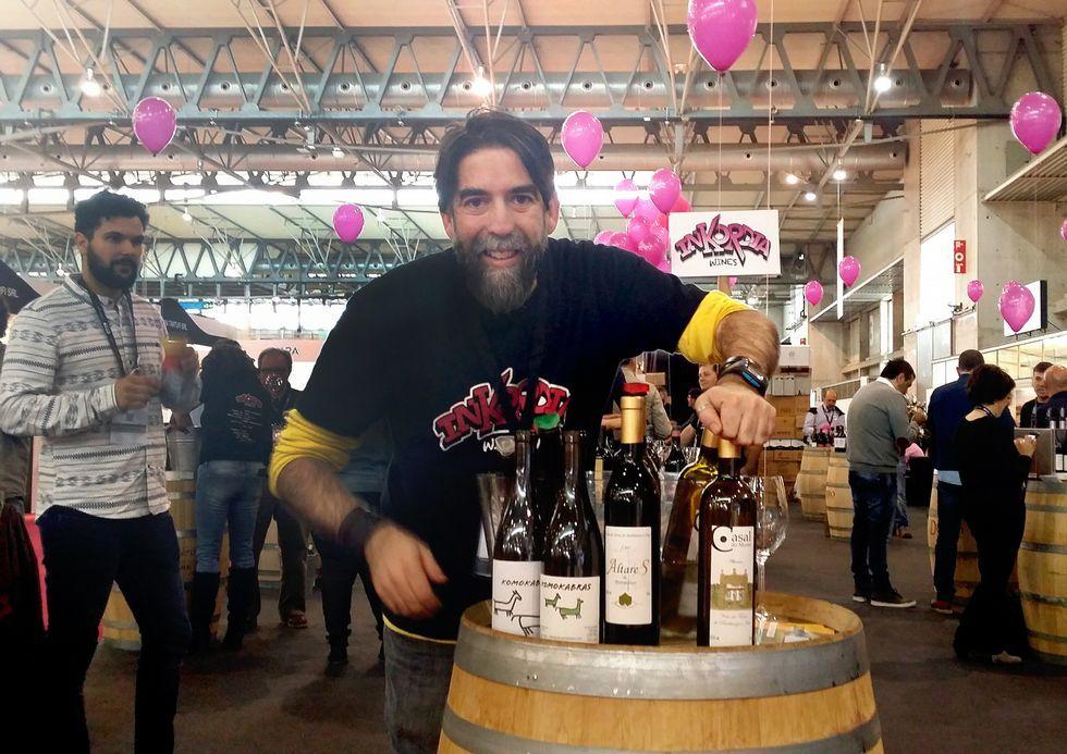 La marea roja invade la costa chilena.José Crusat presenta un nuevo vino de la marca Como Cabras.
