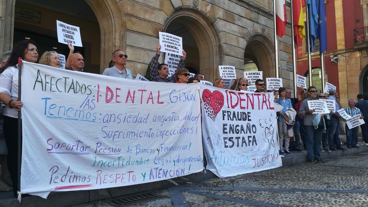 Afectados por el cierre de iDental concentrados ante el ayuntamiento de Gijón