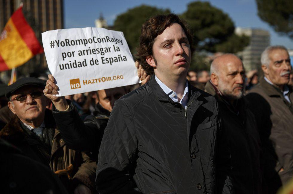 .<span lang= es-es >También el Pequeño Nicolás.</span> A la concentración celebrada ayer en Madrid por la Asociación de Víctimas del Terrorismo contra los incumplimientos del Gobierno y la política antiterrorista que otorga a los etarras, opinan, beneficios injustificados, no faltó Nicolás Gómez Iglesias, el Pequeño Nicolás.