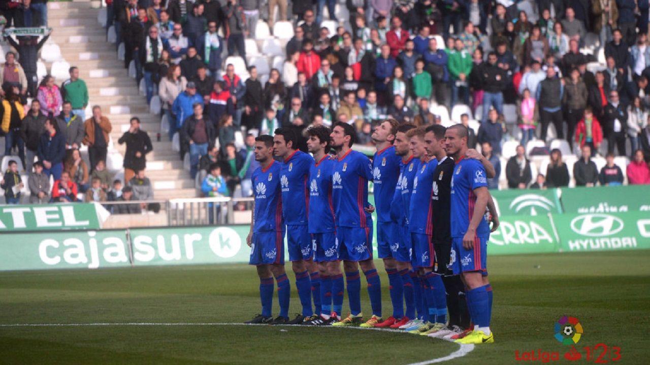 Alcorcon Real Oviedo Horizontal.Los jugadores del Oviedo en el minuto de silencio