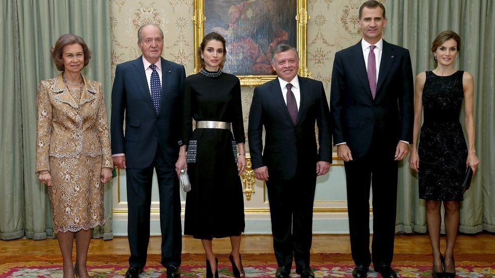 .Para la cena en el Palacio de El Pardo tanto la reina Letizia como Rania se decantaron por un vestido negro, pero de diferentes estilo.