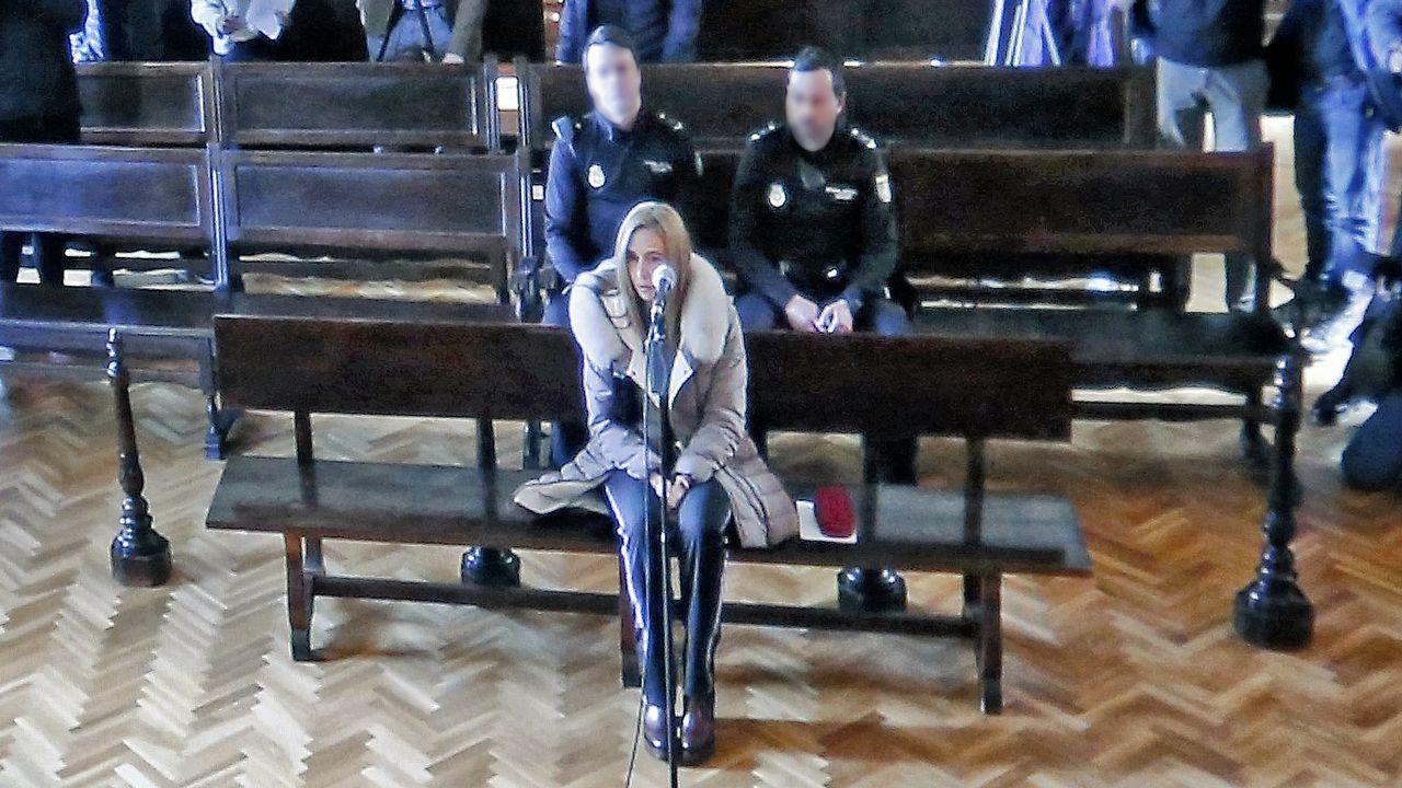 La fiesta de la Arribada llena Baiona.Tania Varela, durante su declaración en la Audiencia de Pontevedra, en una imagen de vídeo