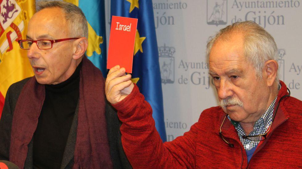 Piqué: «Lo que no me gusta del Real Madrid son las personalidades del palco».Ángel Alonso y Miguel Ángel San Miguel, que muestra la tarjeta contra la Selección israelí