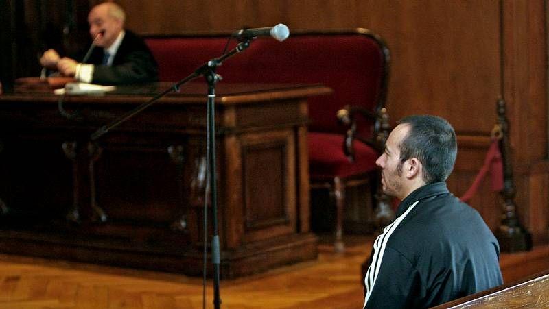 El acusado, en primer término, con el fiscal al fondo