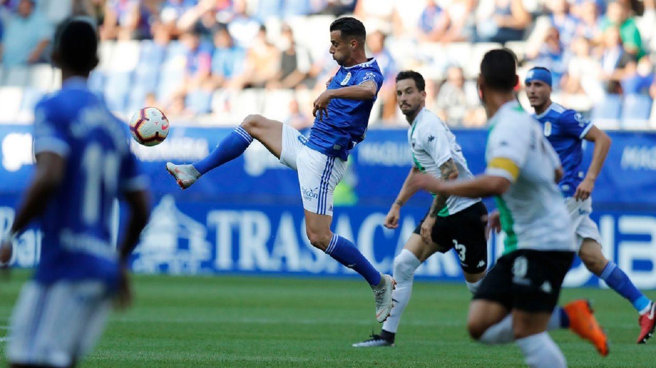 Tejera Real Oviedo Extremadura Carlos Tartiere.Tejera se lleva un balon frente al Extremadura
