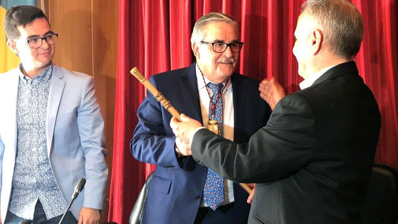 Aníbal Vázquez recibe el bastón de mando durante el pleno de investidura en el ayuntamiento de Mieres