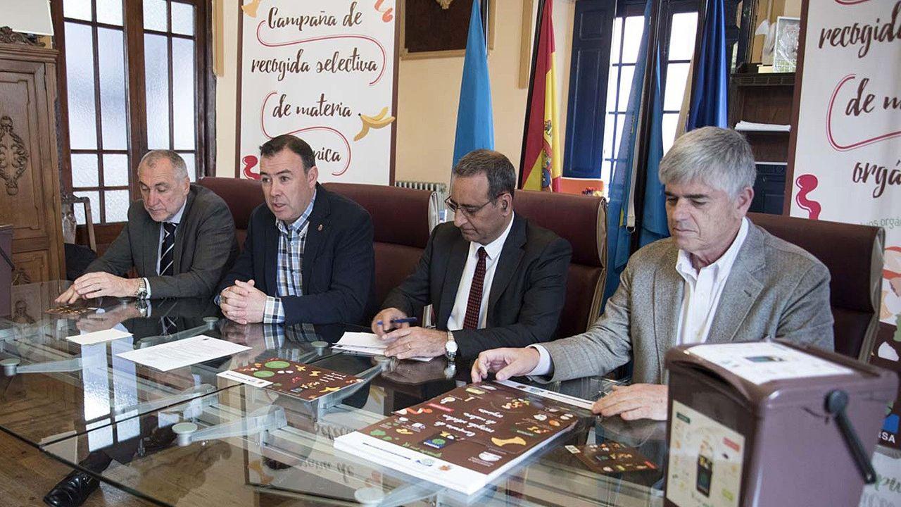 Presentación campaña recogida residuos Cogersa Grado cubo marrón.Colas para realizar trámites burocráticos en Grecia