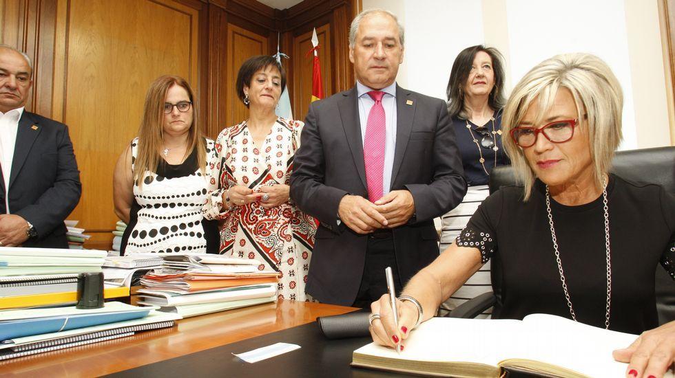.Julia Otero firma en el libro de honor del Ayuntamiento de Monforte ante el alcalde José Tomé y los concejale del gobierno local, minutos antes de empezar el pregón