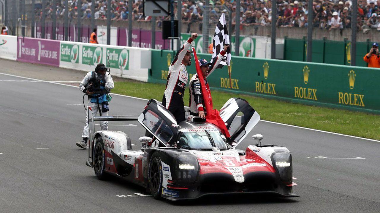 Alonso festeja su victoria junto a sus compañeros en las 24 Horas de Le Mans a bordo de su Toyota