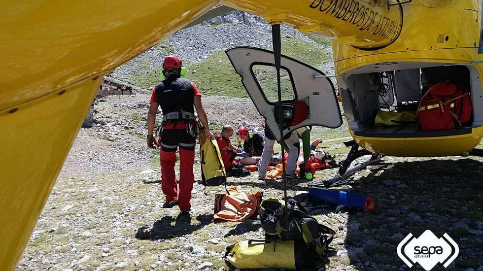 El equipo de rescate estabiliza al escalador herido en el Urriellu, junto al helicóptero de Emergencias.El equipo de rescate estabiliza al escalador herido en el Urriellu, junto al helicóptero de Emergencias