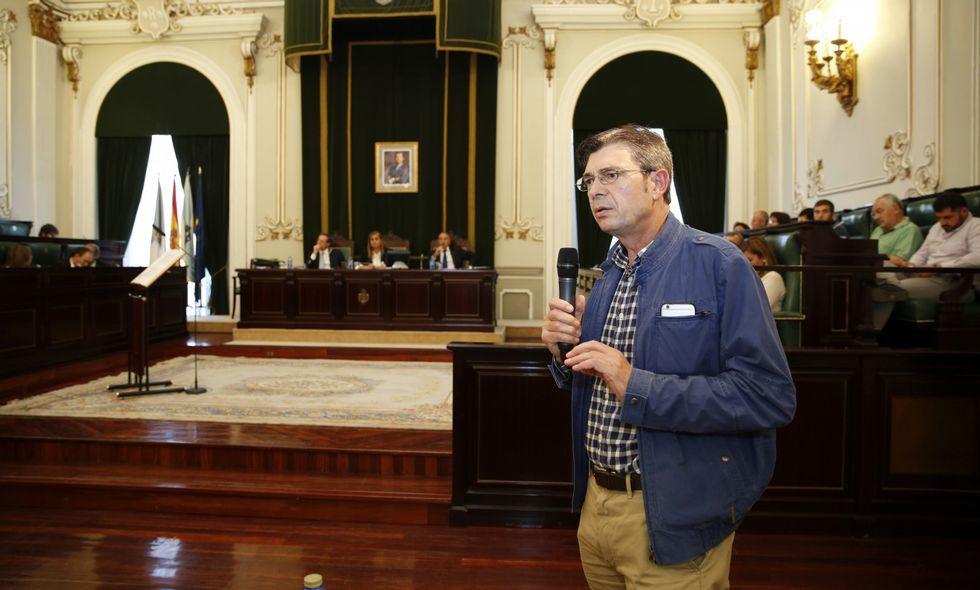 Román Santalla, de Unións Agrarias, explicó en el pleno provincial la situación del sector lácteo.