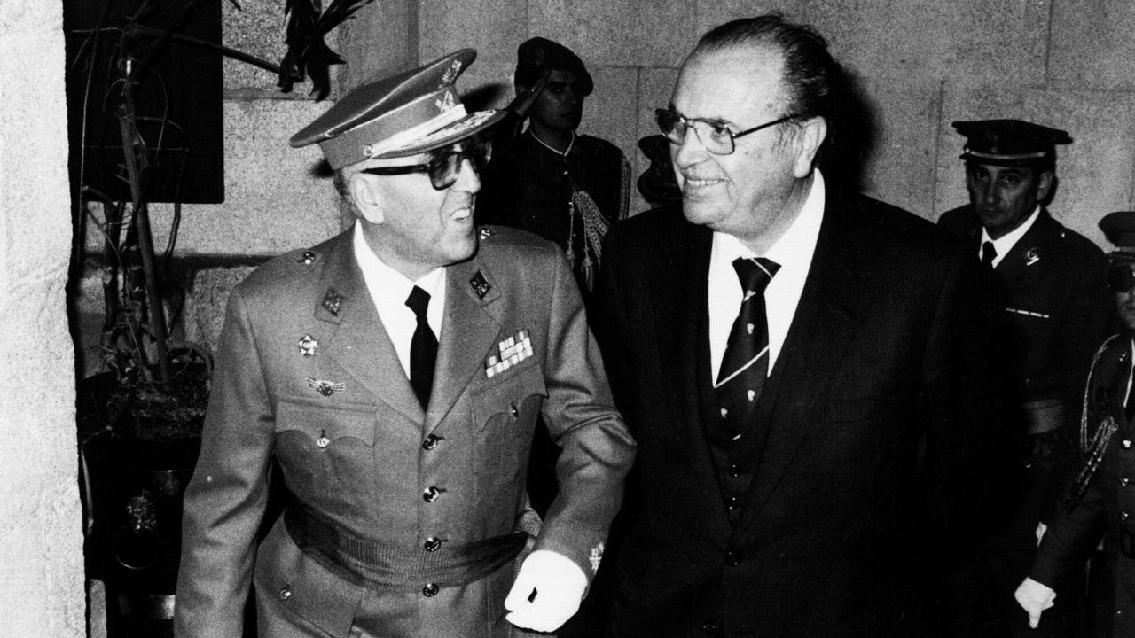 .Fernández Albor, en el momento de la imagen presidente de la Xunta, posa junto a Fermín Casado Cepeda, capitán general.