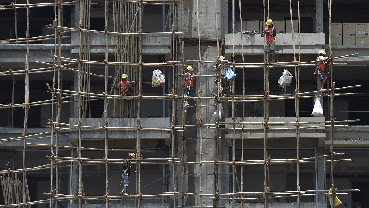 .Albañiles indios trabajan en la construcción de un edificio en Bombay