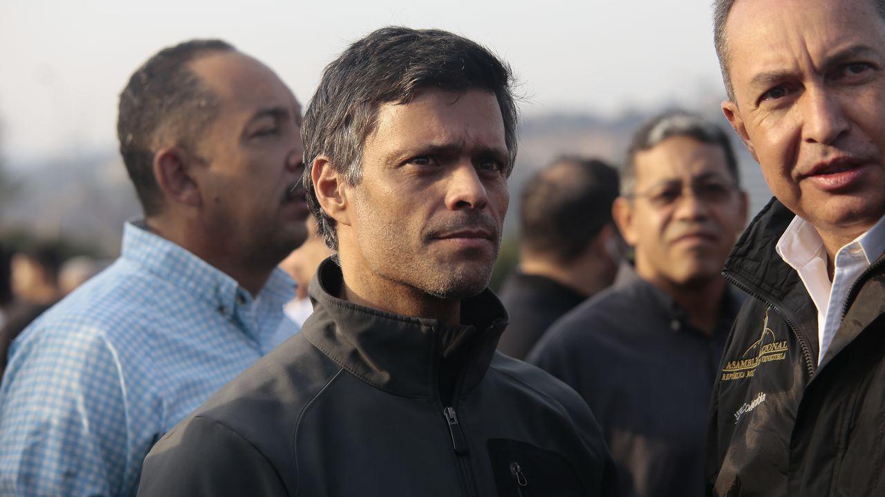 Así ha quedado la casa de Leopoldo López tras ser allanada.Leopoldo López, el martes frente a la base La Carlota tras ser liberado de su arresto