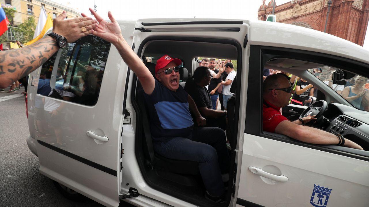 Duros episodios de violencia en una manifestación de taxistas en Barcelona.
