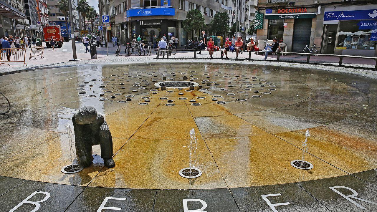 .Gente sentada junto a una fuente en Pontevedra
