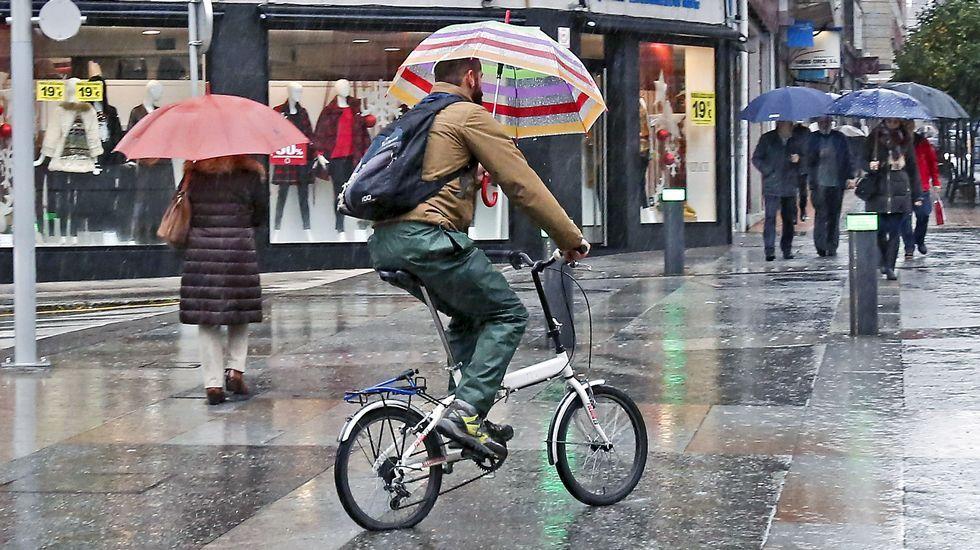 Remolcan al mercante que quedó sin máquina en la ría de Viveiro.¡No sin mi paraguas!