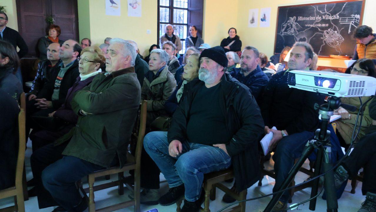 Ángeles Puentes, en su puesto de Recimil, donde ya se pueden encontrar los primeros grelos de la temporada