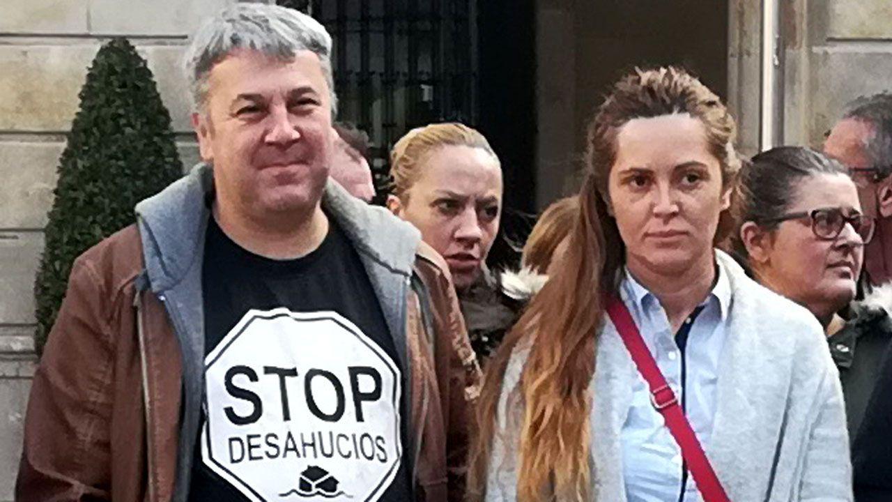 Ola de casi ocho metros llegan a la costa en Gijón.Carla Trevilla junto a Miguel Ángel García, de la PAH