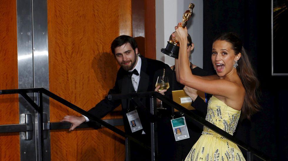 Alicia Vikander posa para los medios tras recibir su galardón.